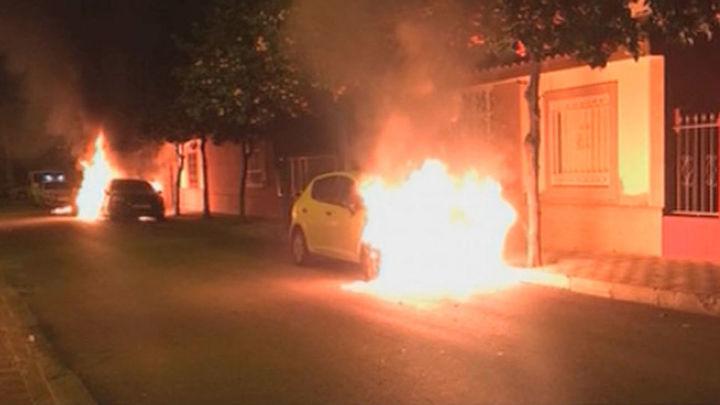 Buscan a un pirómano que ha quemado 14 coches en Dos Hermanas