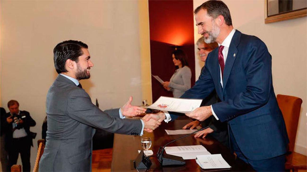 El rey entrega los despachos en la Escuela Diplomática
