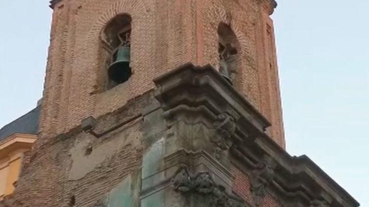 Cortada la calle Embajadores tras caer cascotes de la iglesia de San Cayetano
