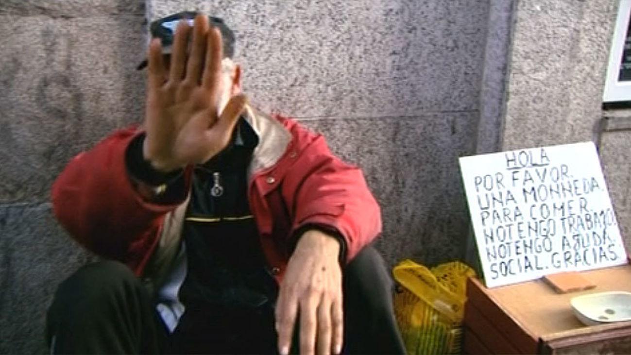 Un mendigo pide limosna en la calle, Madrid