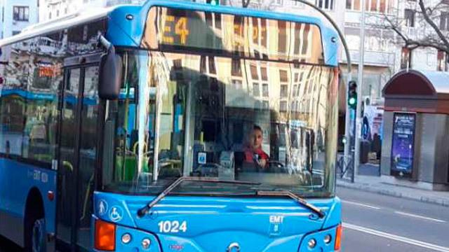 El autobús E4 bate al coche