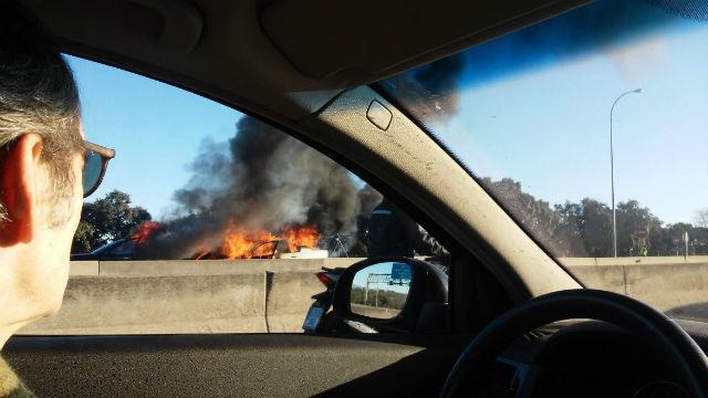 El incendio de dos coches corta la A-6