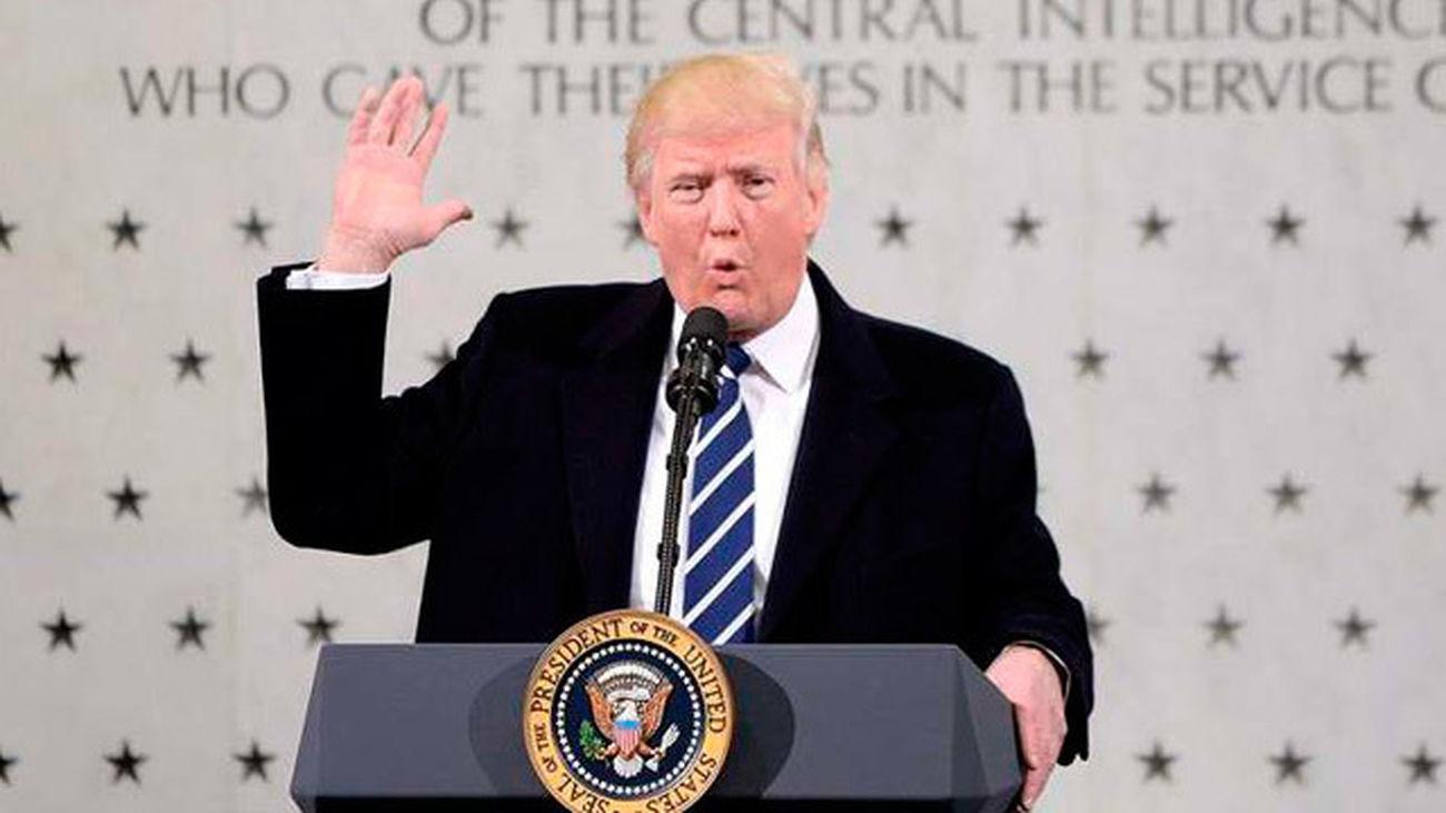 Trump hace las paces con la CIA y declara la guerra a la prensa en su primer día