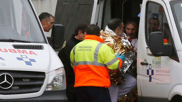 Rescatados los 12 tripulantes del pesquero gallego hundido frente a Navia