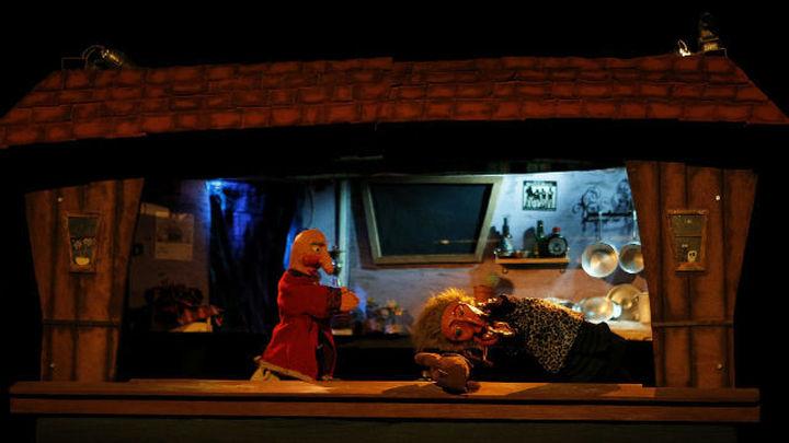 Los titiriteros llenan el Teatro del Barrio e interpretan la polémica obra con normalidad