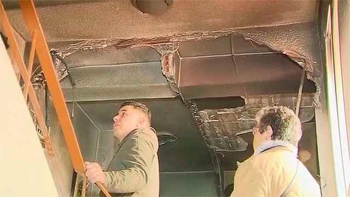 Los vecinos desalojados en San Sebastián de los Reyes revisan los daños en sus pisos