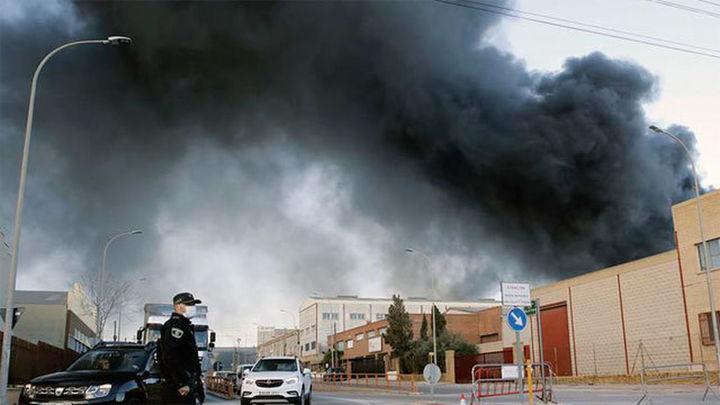 Incendio de grandes dimensiones en una nave de productos químicos de Paterna