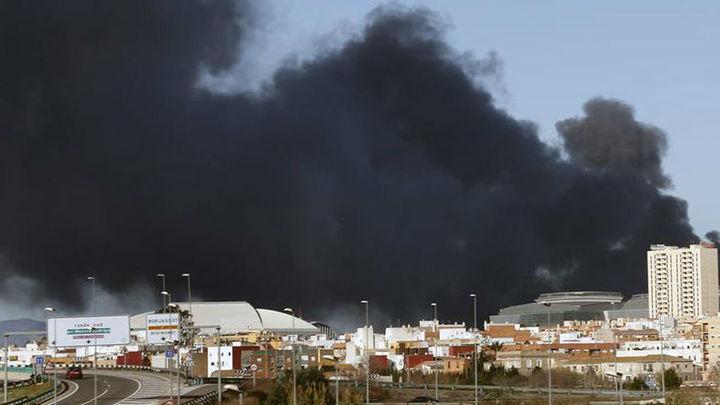 El incendio de Paterna sigue sin ser controlado casi 24 horas después