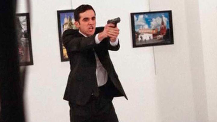 La imagen del asesinato del embajador ruso en Turquía,  fotografía del año 2016