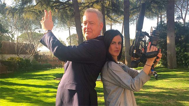 Amaya Rey con el embajador británico en España, Simon Manley