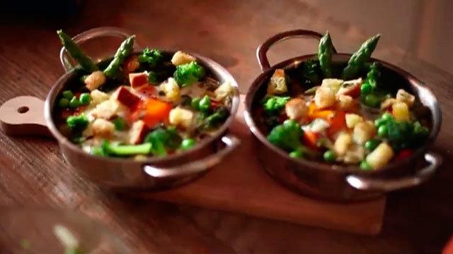 La receta del día: Huevos al plato con vegetales y crut