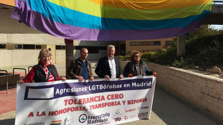 Ayuntamientos madrileños reparten cordones arcoíris contra la homofobia