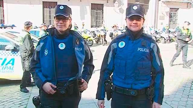 La Policía Municipal estrena uniformes personalizados y con escudo rosa