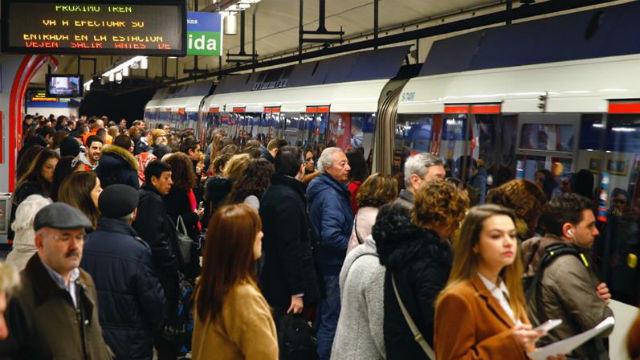 Pasajeros en andén de Metro