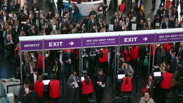 Varios congresistas hacen colas a la entrada del Mobile World Congress