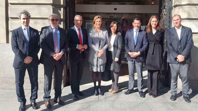 El Consejero Carlos Izquierdo con la decana del Colegio de Abogados, Sonia Gumpert y otros miembros del mismo