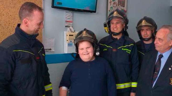 Los bomberos del Ayuntamiento entregan  juguetes a los niños del Hospital San Rafael