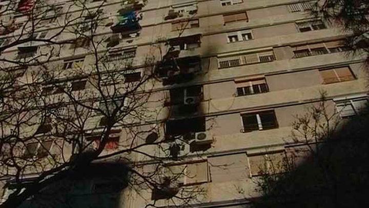 Muere un hombre al saltar por la ventana mientras  ardía su piso en L'Hospitalet