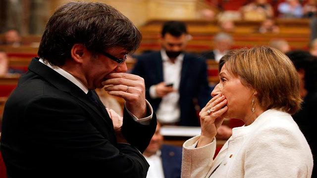 El presidente de la Generalitat, Carles Puigdemont, conversa con la presidenta del Parlament, Carme Forcadell