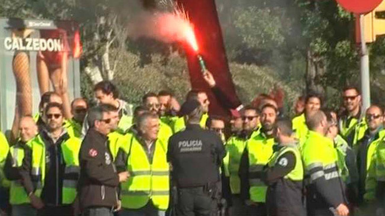 Estibadores de Barcelona protestan ante Rajoy en el Palau