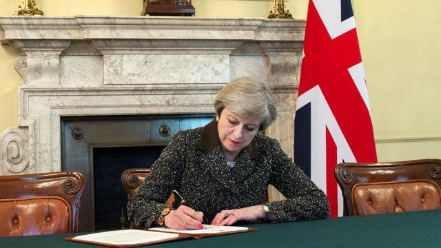 La primera ministra británica, Theresa May, firma la carta con la que el Reino Unido solicitará formalmente la retirada del paí