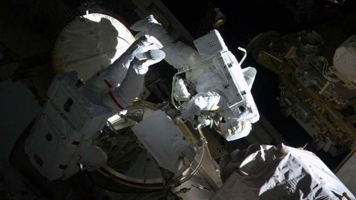 Peggy Whitson rompe el récord femenino  de caminatas espaciales