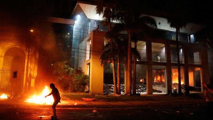 Un muerto en la sede del partido opositor durante los disturbios en Asunción