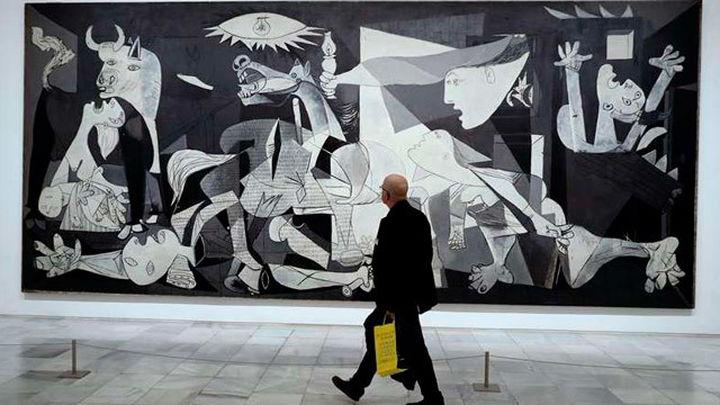 Miles de turistas visitan la exposición del Guernica en el Museo Reina Sofía