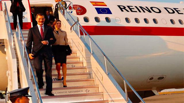 Los Reyes de España descienden del avión