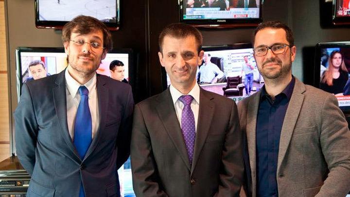 Daniel Méndez y Rafael Escudero, de la Red Española de Inmigración y Ayuda al Refugiado, con el director general de Radio Telev