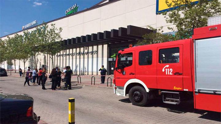 Cierre y desalojo del centro comercial  Valdebernardo por la fisura de una viga