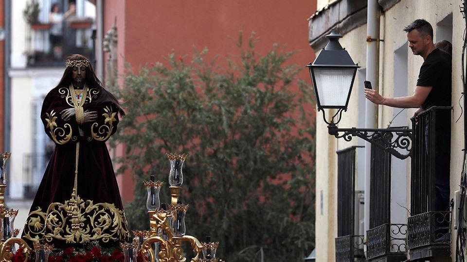 La imagen de Nuestro Padre Jesús Nazareno El Pobre sale de la iglesia de San Pedro el Viejo para procesionar por las calles de