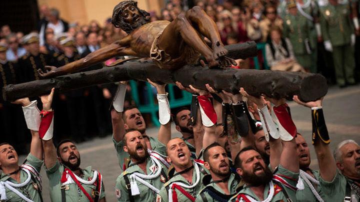 El desembarco de la Legión y el traslado del Cristo de la Buena Muerte atraen a miles de personas a Málaga