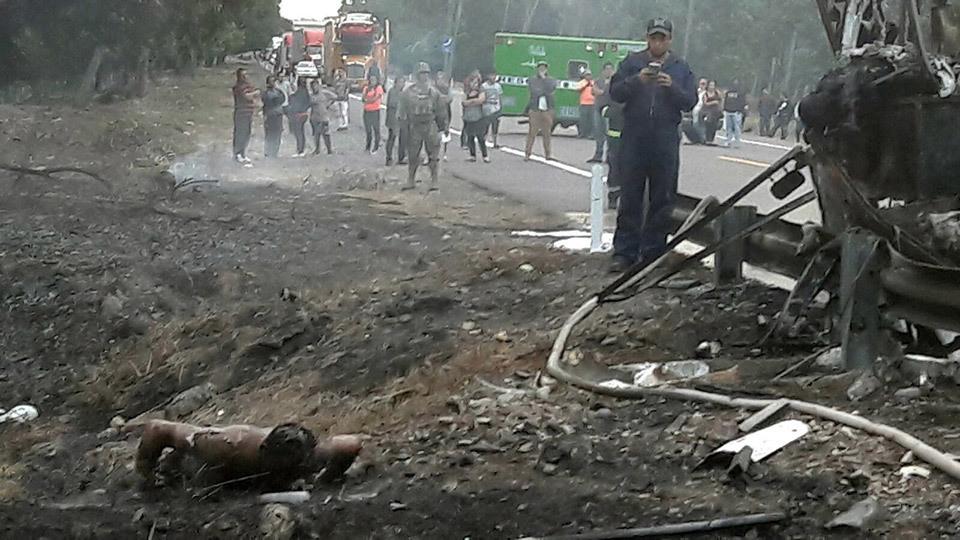Bomberos y rescatistas participan en las labores de búsqueda y asistencia a las víctimas en el área del accidente