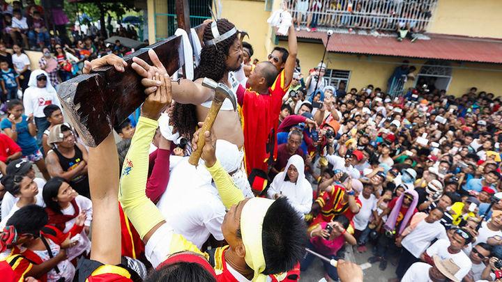 Media docena de filipinos se crucifican el Viernes Santo
