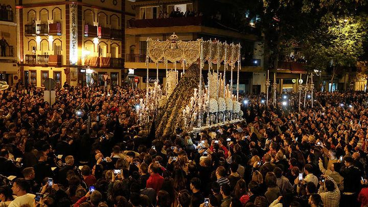 La Madrugá de Sevilla se sobrepone a desórdenes por carreras simultáneas