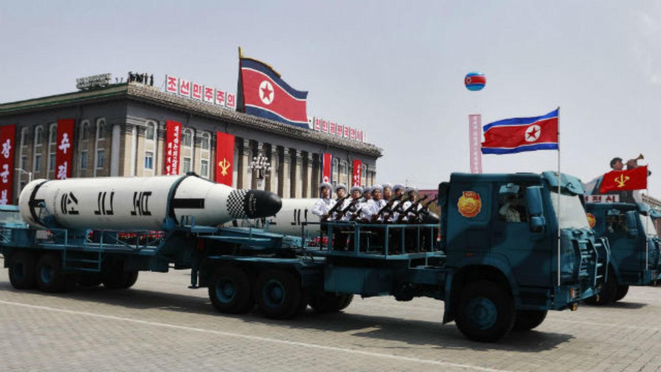 Corea del Norte exhibe su poderio armamentístico en un desfile militar