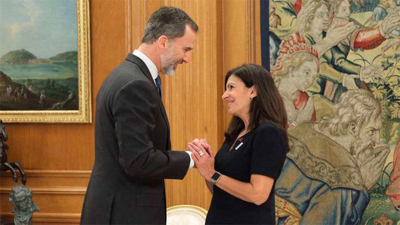 Felipe VI crecibe a Anne Hidalgo, alcaldesa de París