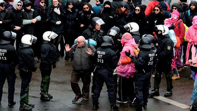Ultraderecha alemana afronta un congreso envuelto en cismas y protestas