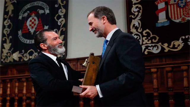 Antonio Banderas recibe su premio de manos del rey Felipe VI