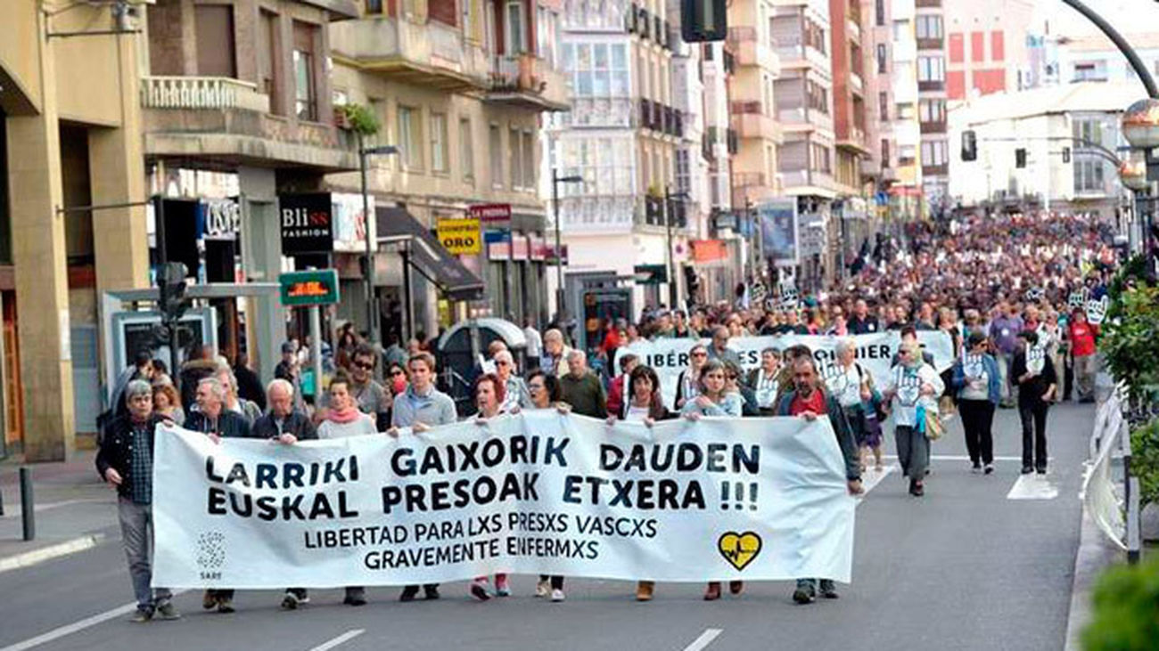 Miles de personas se manifiestan en Vitoria para reclamar la  liberación de los presos de ETA con enfermedades graves