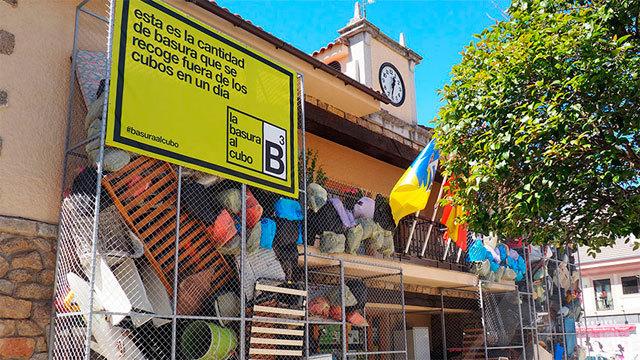 El Ayuntamiento de Torrelodones cubierto deenseres en desuso