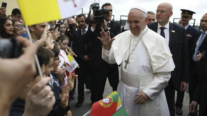 La emoción embarga a los miles de peregrinos que reciben al Papa en Fátima