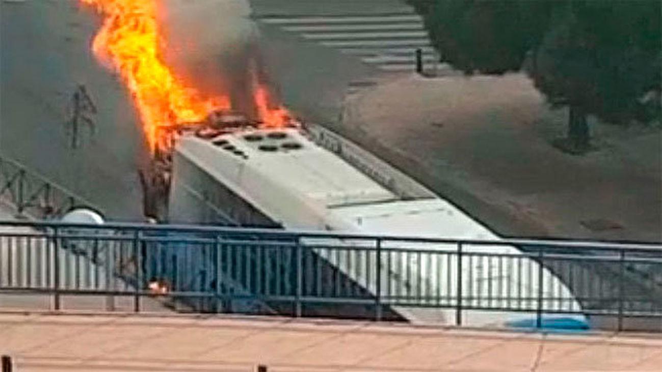 Autobús en llamas en Entrevías