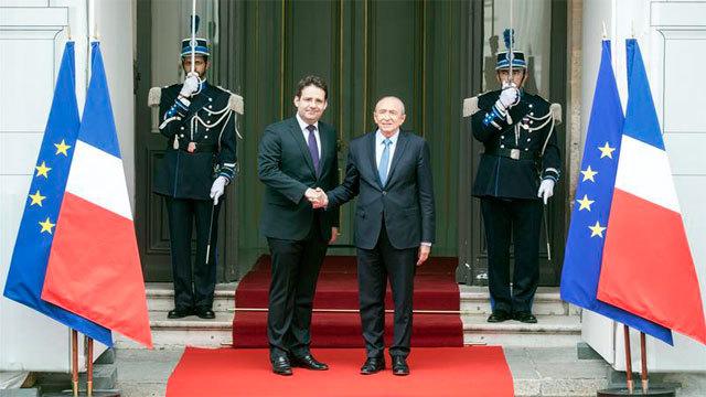 El exministro del Interior francés, Matthias Fekl y su sucesor, Gerard Collomb