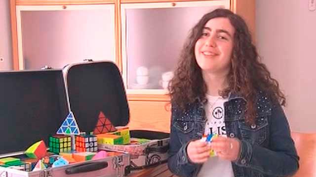 Una española consigue el récord de Europa del cubo de Rubik con ojos  cerrados