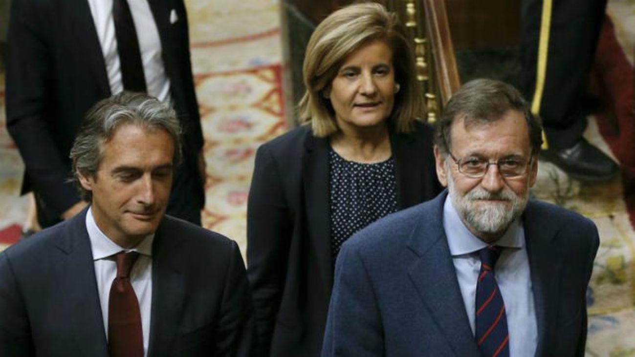 El presidente del Gobierno, Mariano Rajoy (d), el ministro de Fomento, Íñigo de la Serna, y la ministra de Empleo y Seguridad S
