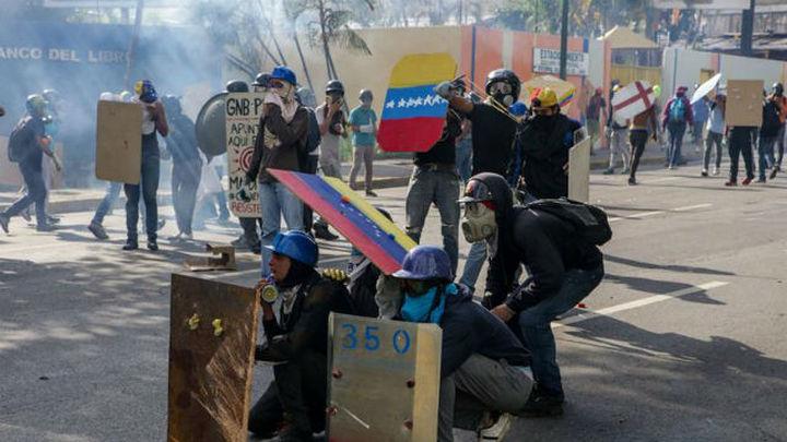 La oposición venezolana mantiene protestas y Capriles es impedido viajar a ONU