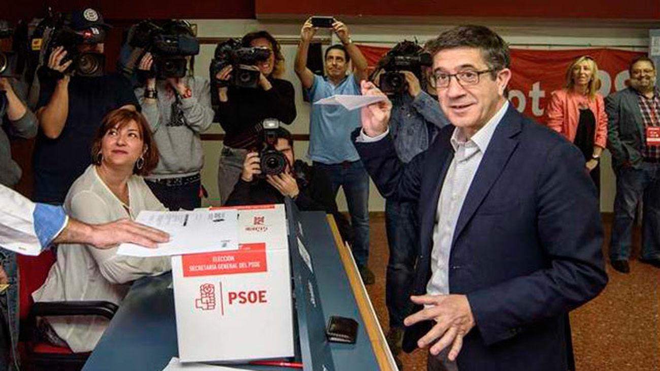"""Patxi López, primero en votar, se ve con """"fuerzas"""" para liderar el PSOE"""