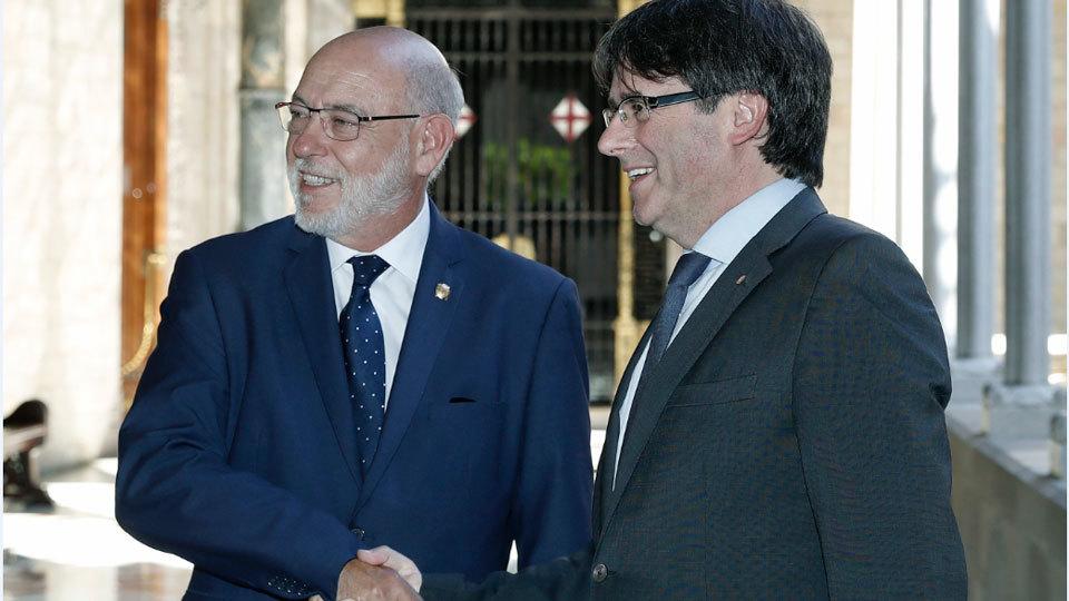 El fiscal general del Estado saluda al presidente Puigdemont